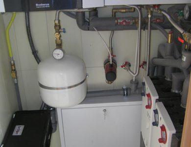 Malá kotolňa 2-poschodovej budovy. Plynový kotol, závesný zásobník na teplú vodu, rýchlomontážne stanice, skrinka rozdeľovača, expanzná nádoba, prečerpávačka kondenzu