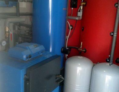 Kotol na tuhé palivo, zásobník na vodu a 2 akumulačné nádoby s el. podporou