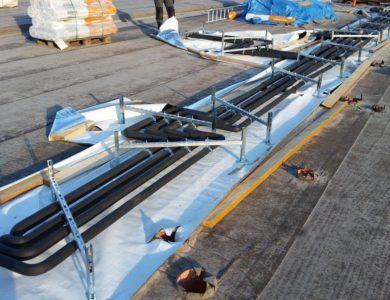CU rozvod tepla na streche, zaizolované rúry, pripevnené ku kompenzátoru kvôli roztiažnosti vplyvom tepla