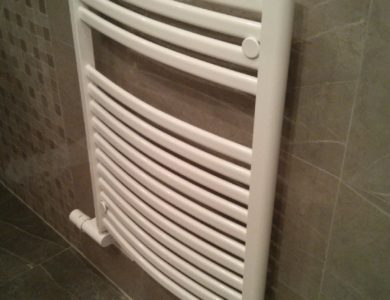 Rebríkový radiátor v kúpelni