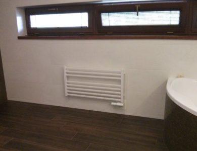 Malý rebríkový radiátor v kúpelni